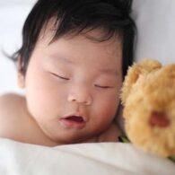 sleeping-baby-wakes-up